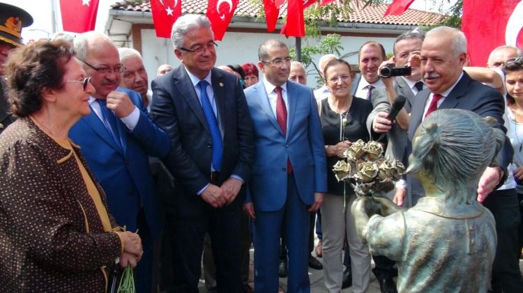 Mustafa Kemal Atatürk'ü çiçekle karşılayan Ayten Alper'in heykeli açıldı