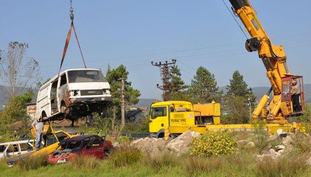 Ereğli'de, cadde ve sokaklara park edilmiş hurda araçlar kaldırılıyor