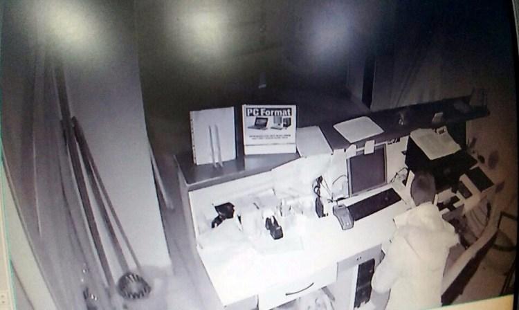 Hırsızlar dükkan sahibini canından bezdirdi