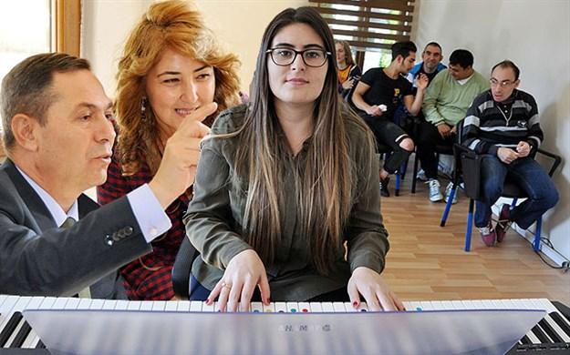 Başkan Uysal,özel çocuklar müzik korosunu ziyaret etti