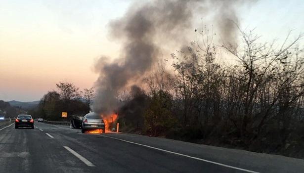 Zonguldak-Ereğli karayolunda seyir halindeki otomobil alev topuna döndü