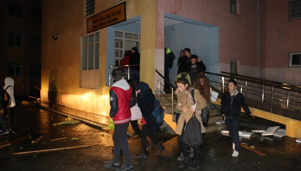 Pansiyonun çatısı uçtu  38 öğrenci tahliye edildi