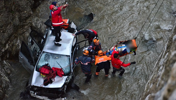 İki maden işçisi otomobille 20 metreden dereye uçtu