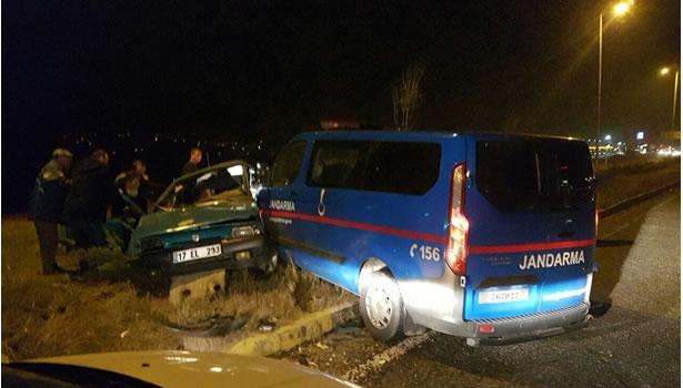 Jandarma minibüsü ile otomobil çarpıştı: 7 yaralı