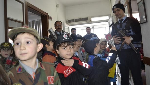 Minik Öğrenciler, polis amcalarına ´´ Yanınızdayız ´´ dedi