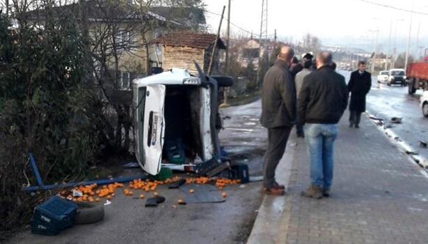 Cipin çarptığı minibüs devrildi: 2 yaralı