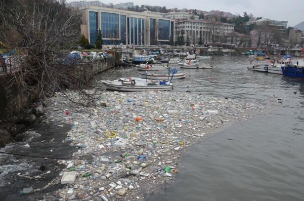 Karadeniz coştu, liman çöple doldu