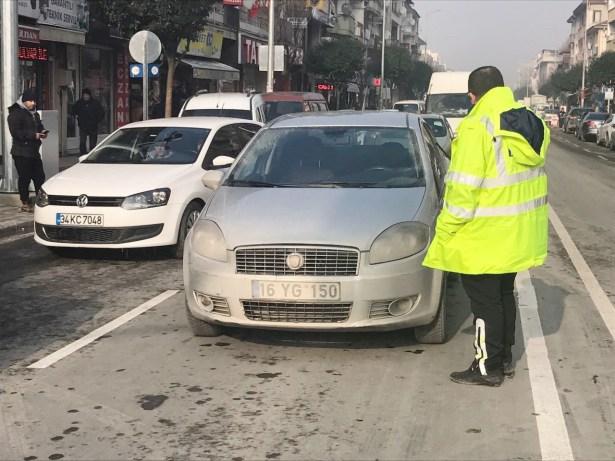 Yol ortasında bırakılan otomobil polisi harekete geçirdi