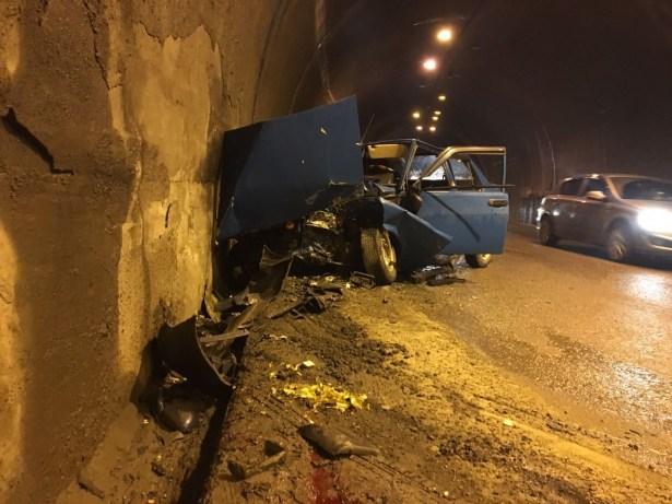 İki otomobil tünelde çarpıştı 3 kişi yaralandı