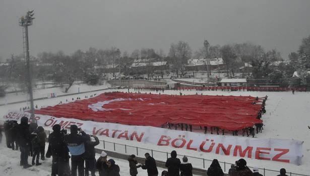 Sarıkamış şehitleri anısına 63 metrelik dev Türk bayrağı
