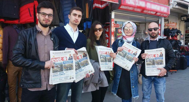 AK Gençlik, Evet Gazetesi dağıttı
