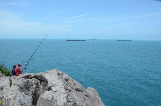 Amatör balıkçılar kayalıklarda balık avladı