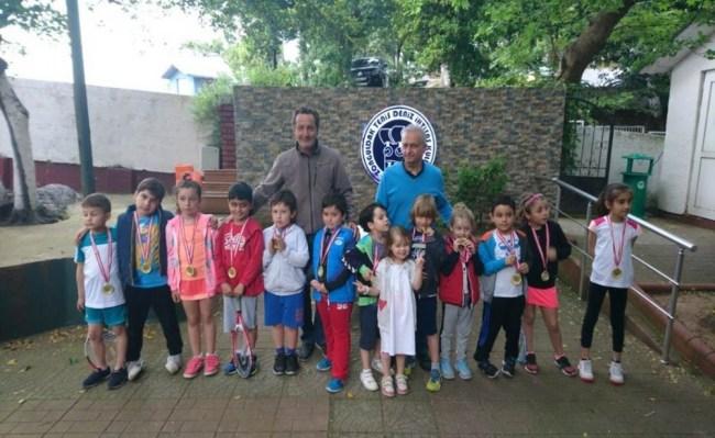 8-10 yaş tenis turnuvası ödül töreni