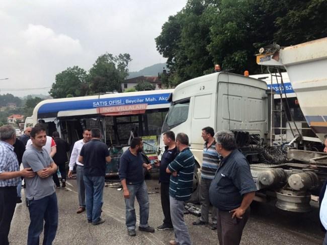 Tır, yolcu otobüsüne çarptı: 1 yaralı