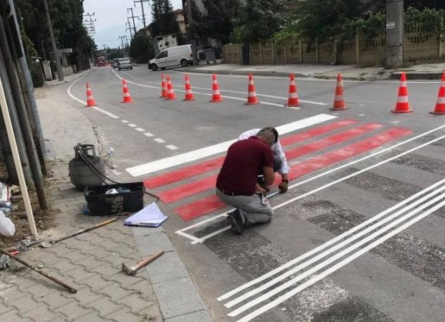Cadde ve Sokaklarda Yaya Çizgileri Çekiliyor