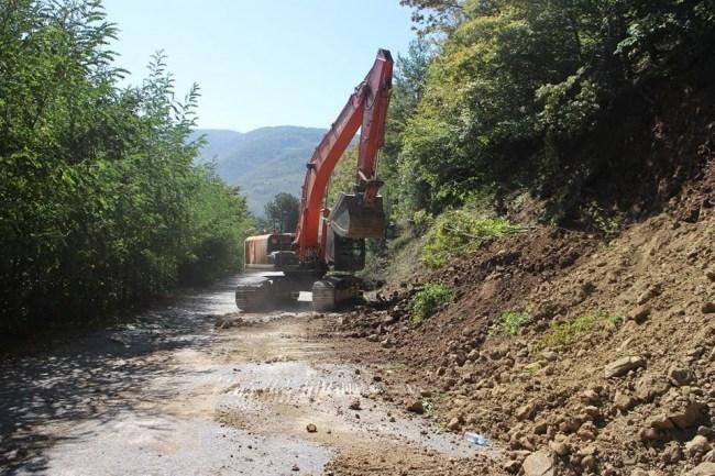 Yığılca'da köy yollarında yol açma ve asfalt çalışmalar