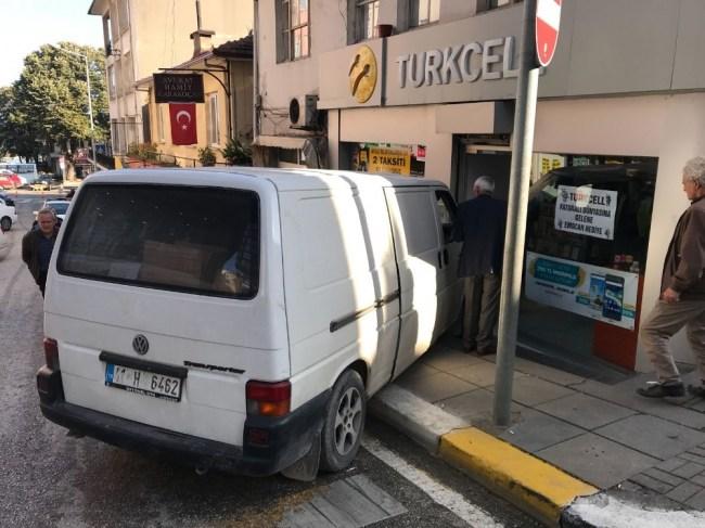 Freni boşalan araç mağazaya girdi