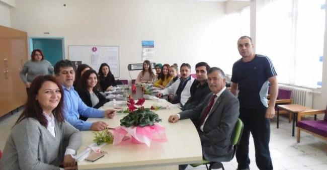 Başkan Uzun öğretmenlere çiçek dağıttı