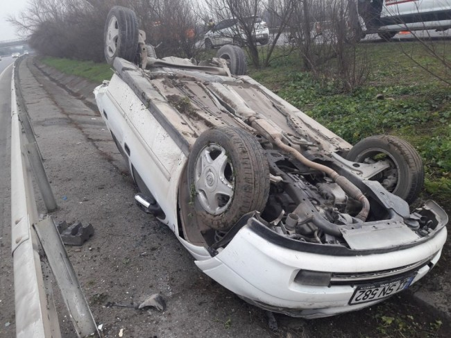 TEM otoyolu'da  otomobil ters döndü: 3 yaralı