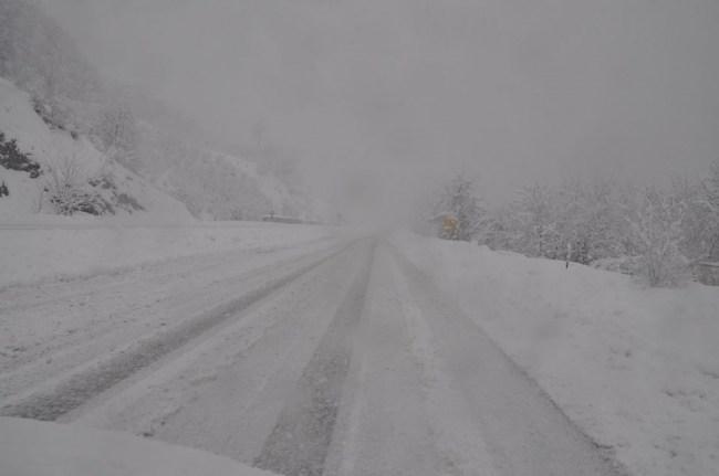 Devrek'te karla kapanan köy yolları ekiplerce açılıyor...