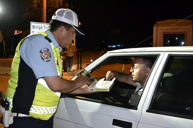 Sürücülere Polisten Lokum İkramı