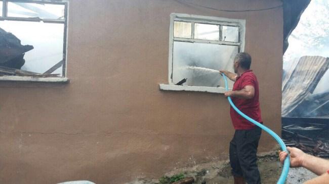 Yığılca'da Yangında iki katlı ev kullanılamaz hale geldi