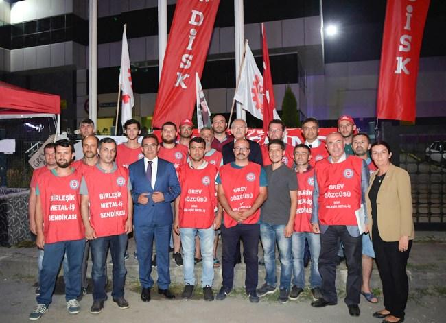 fabrikada grev yapan işçileri ziyaret etti.