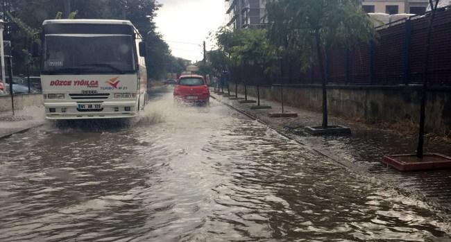 Düzce'de sağanak yağış hayatı olumsuz etkiledi.
