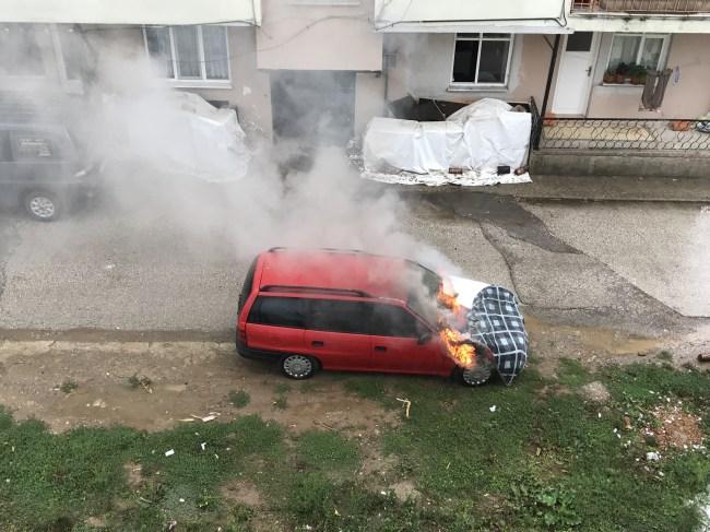 Aziziye Mahallesinde park halindeki araç yandı