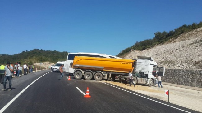 Bartın'da Yolcu otobüsü ile kamyon çarpıştı: 5 yaralı
