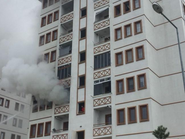 Ev Yangınında;  6'sı çocuk 21 kişi dumandan etkilendi