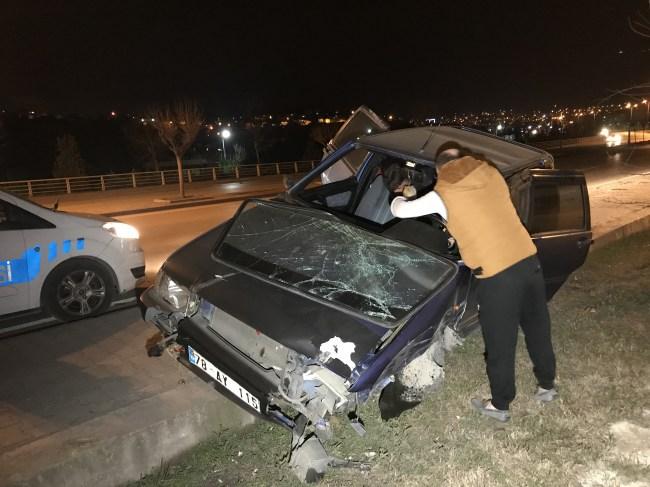 Yeşil Mahalle'de Kaza..sürücü otomobilini bırakıp kaçtı