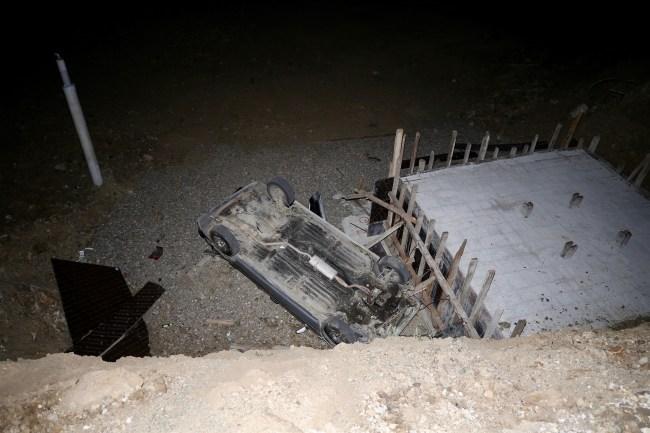 Otomobil inşaat alanına devrildi: 2 yaralı