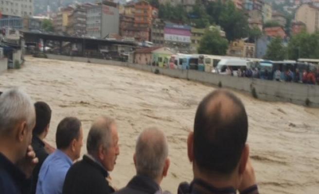 ACILIK DERESİ ÜZERİNDE KORKU DOLU BAKIŞLAR