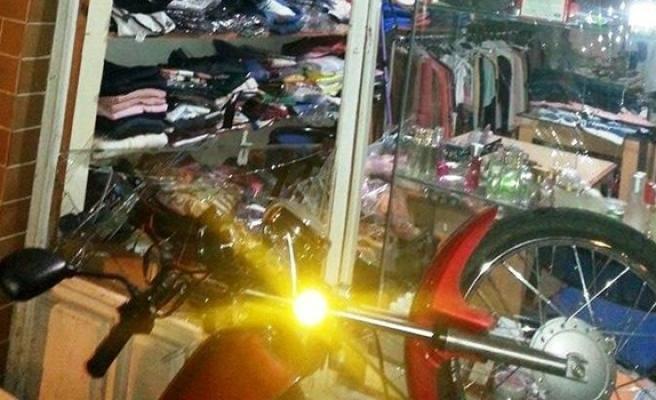 Motosiklet dükkana girdi