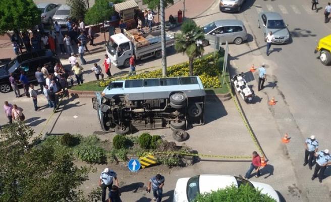 Zonguldak´ta minibüs yayaya çarpmamak isterken kaza yaptı