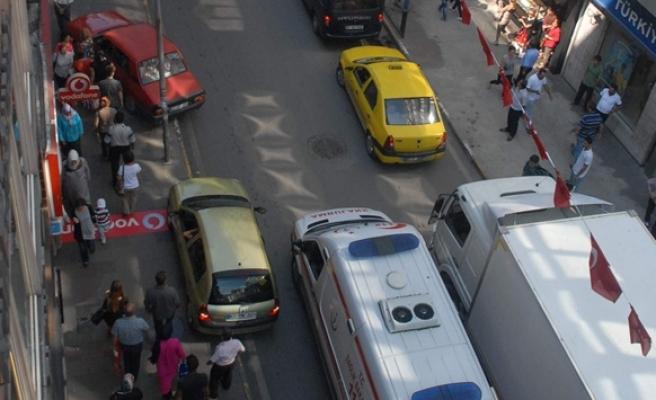 Trafik sıkıştı ambulans şoförü çaresiz kaldı, araçlar kaldırıma çıktı