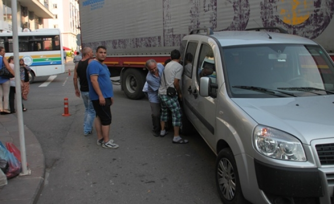 Vatandaşlar aracı sürükleyerek yolu açtı
