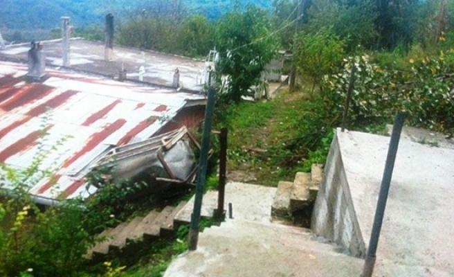 Traktörden devrilen su tankı bahçede  kömür poşetleyen kadını ezdi