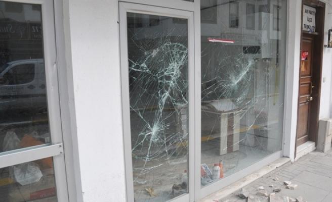 Bir dükkanın camlarını kıran şahıs gözaltına alındı