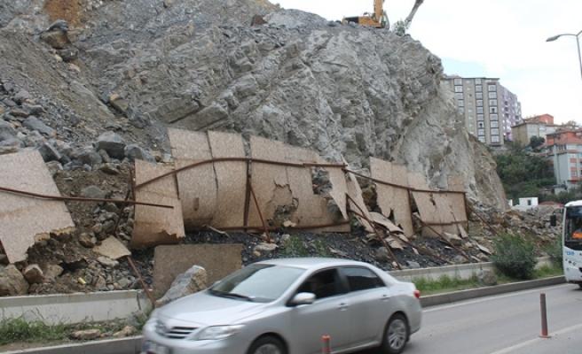 Kırk metre yükseklikten yuvarlanan taşlar aracın üzerine düştü