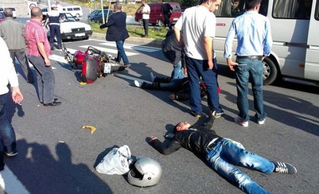 Motosiklet otomobille çarpıştı: 2 yaralı