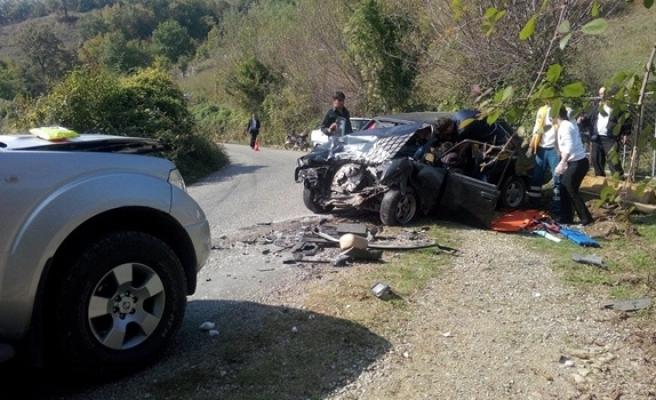Otomobil ile kamyonet kafa kafaya çarpıştı: 4 yaralı