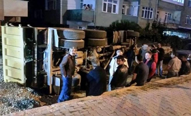 Yol göçtü, belediyenin kamyonu devrildi