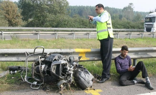 Motosiklet önce minibüs sonra bariyerlere çarptı; 1 ölü
