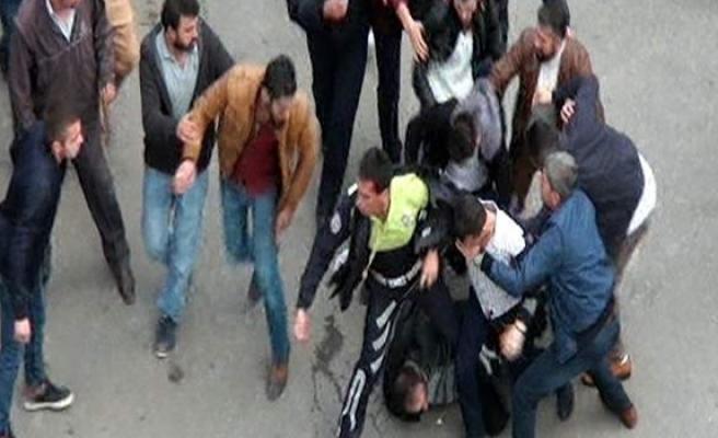 Kızlara sarkıntılık edip polisi yaralayan şahsa linç girişimi
