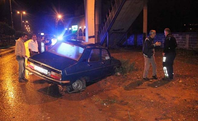 Alkollü araç sahibi, parçalanan lastiğe hava basmaya çalıştı