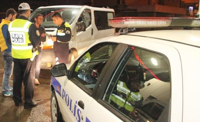 Alkollü sürücü polisi ikna edemeyince mazot içmeye kalktı