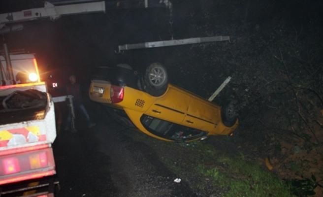 Ticari taksi yoldan çıkarak takla attı