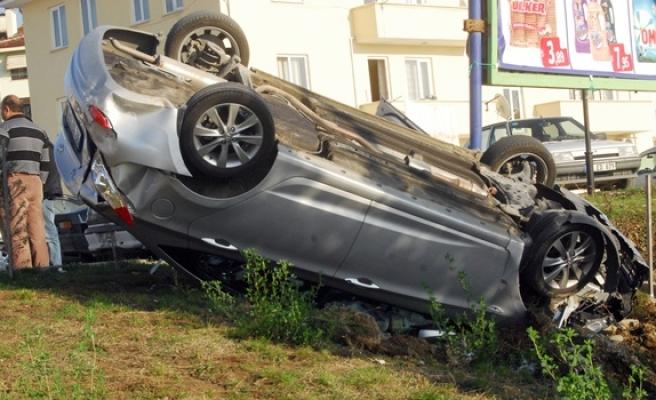 Bayan sürücü panik yaptı, ters döndü